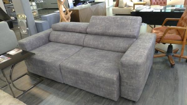 divano con testiera reclinabile